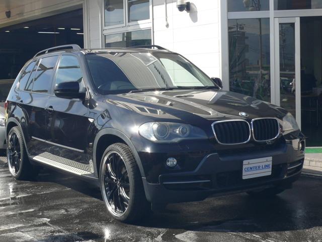 BMWX5-3.0Si-N52エンジン搭載車両。H&Rでローダウン、-30度キャンバーをつけています。カロッツエリアのナビをインダッシュで搭載し、各部LED化しています。22インチ装着。