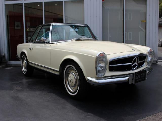 1967年W113 230SL 内外装共に非常に綺麗な230SLです。MT車ですのでよく回るエンジンです とても希少なオリジナルの5MT!