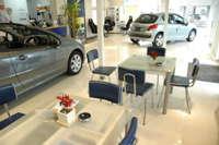 プジョー車を中心に、輸入車・国産車を幅広く扱っております。5速マニュアル車多数!