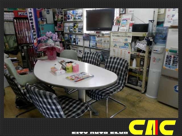 店内スペースです!オイル交換等の際もこちらでお待ちください。